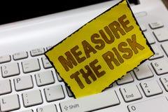 Muestra del texto que muestra a medida el riesgo La foto conceptual determina el grado de peligro basado en factores de impacto fotografía de archivo libre de regalías