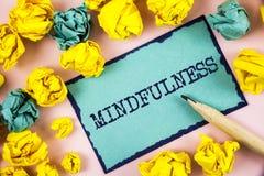 Muestra del texto que muestra Mindfulness La foto conceptual que es calma consciente de la conciencia acepta los pensamientos y l imagen de archivo libre de regalías