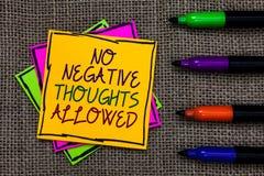 Muestra del texto que no muestra ningún pensamiento negativo permitido Ambientes inspirados motivados siempre positivos conceptua foto de archivo