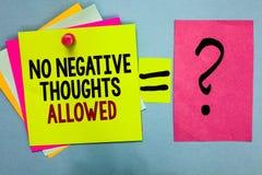 Muestra del texto que no muestra ningún pensamiento negativo permitido Sti colorido brillante inspirado motivado siempre positivo foto de archivo