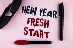 Muestra del texto que muestra nuevo comienzo del Año Nuevo El tiempo conceptual de la foto para seguir resoluciones alcanza hacia Imagenes de archivo