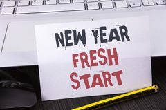 Muestra del texto que muestra nuevo comienzo del Año Nuevo El tiempo conceptual de la foto para seguir resoluciones alcanza hacia Fotografía de archivo libre de regalías