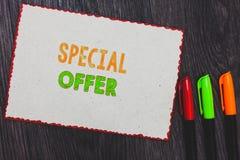 Muestra del texto que muestra oferta especial Foto conceptual que vende en un negocio más bajo o del precio con descuento con bor fotografía de archivo