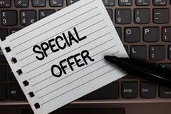 Muestra del texto que muestra oferta especial Foto conceptual que vende en un negocio más bajo o del precio con descuento con el  fotos de archivo libres de regalías
