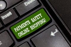 Muestra del texto que muestra a seguridad de los pagos compras en línea Llave de teclado conceptual de la protección del pago de  foto de archivo