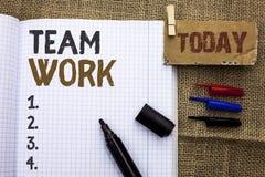 Muestra del texto que muestra a Team Work Colaboración conceptual de la unidad del logro del trabajo de grupo de la cooperación d imágenes de archivo libres de regalías