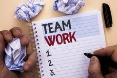 Muestra del texto que muestra a Team Work Colaboración conceptual de la unidad del logro del trabajo de grupo de la cooperación d fotografía de archivo