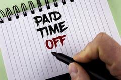 Muestra del texto que muestra tiempo pagado apagado Vacaciones conceptuales de la foto con la cura de reclinación del pago de las Foto de archivo