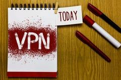 Muestra del texto que muestra Vpn La foto conceptual aseguró la red privada virtual a través de la cita protegida ámbito confiden fotos de archivo libres de regalías