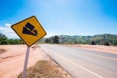 Muestra del tráfico por carretera de la cuesta escarpada en el camino Imagen de archivo