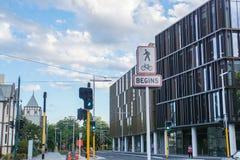 Muestra del transporte del camino y edificio moderno en Christchurch fotografía de archivo