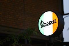 Muestra del Vespa en el fondo de la noche imágenes de archivo libres de regalías