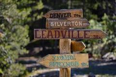 Muestra direccional de la montaña fotografía de archivo