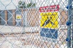 Muestra eléctrica amarilla de la cerca Fotografía de archivo