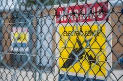 Muestra eléctrica amarilla de la cerca Imagenes de archivo