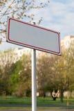 Muestra en blanco conceptual con el marco rojo de la lata en la ciudad foto de archivo