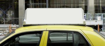 Muestra en blanco encima del taxi Foto de archivo libre de regalías