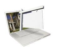 Muestra en blanco y computadora portátil de las propiedades inmobiliarias foto de archivo