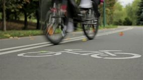 Muestra en el camino, ciclistas de la bicicleta Otoño Ciérrese para arriba, tiro de enfoque del resbalador metrajes