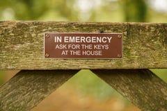 Muestra: En emergencia pida las llaves en la casa imagen de archivo