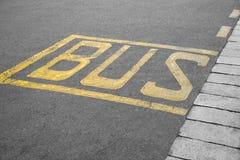 Muestra en la parada de autobús del asfalto imagen de archivo libre de regalías