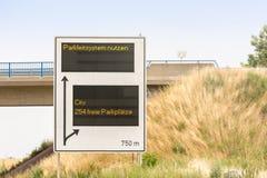 Muestra en una carretera con las palabras alemanas - dirección del aparcamiento 254 espacios que parquean libres imagenes de archivo