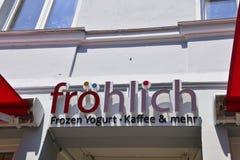 Muestra encima de la entrada de una tienda del yogurt congelado en la ciudad turística de Warnemunde, Alemania imagen de archivo libre de regalías