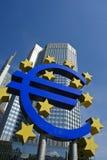 Muestra euro delante de la torre del BCE, Francfort Imagen de archivo