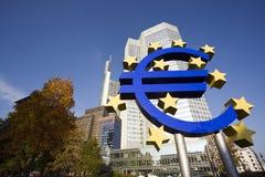 Muestra euro en el Banco Central Europeo, Francfort imagenes de archivo