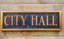 Muestra exterior que lee 'ayuntamiento 'en las letras de cobre amarillo imagenes de archivo