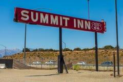 Muestra famosa del mesón de la cumbre en la ruta 66 Imagen de archivo libre de regalías