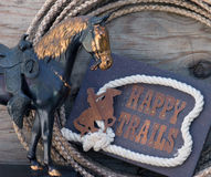 Muestra feliz de los rastros con la estatua del caballo Foto de archivo libre de regalías