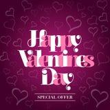 Muestra feliz del día de tarjetas del día de San Valentín En el fondo violeta con los corazones Imágenes de archivo libres de regalías