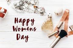 Muestra feliz del texto del día del ` s de las mujeres la joyería costosa de lujo y hace Imagenes de archivo