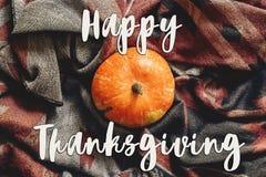 Muestra feliz del texto de la acción de gracias en la calabaza de otoño en la bufanda elegante Foto de archivo libre de regalías