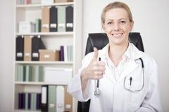 Muestra femenina feliz del doctor Showing Thumbs Up Fotos de archivo