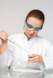 Muestra femenina joven de las cargas de la tecnología o del científico Fotos de archivo