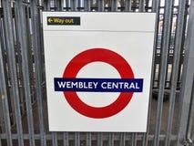 Muestra ferroviaria metropolitana subterráneo central del roundel de Wembley Londres fotografía de archivo