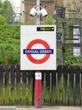 Muestra ferroviaria metropolitana subterráneo del roundel de Londres del verde de Kensal imagenes de archivo
