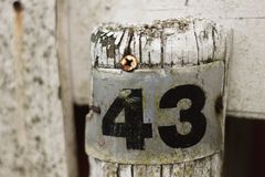 Muestra gastada del metal con el número 43 en él fotografía de archivo libre de regalías