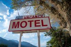 Muestra genérica del motel con vacante en California en un día soleado imágenes de archivo libres de regalías