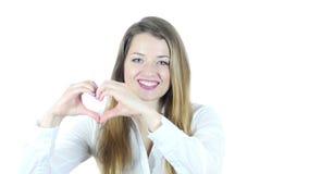 Muestra hecha a mano del corazón de la mujer joven, fondo blanco, jóvenes,