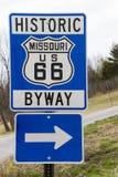 Muestra histórica del camino apartado de la ruta 66 azules Imagen de archivo libre de regalías