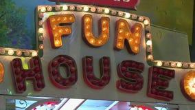 Muestra iluminada de la casa de diversión en la feria del condado metrajes