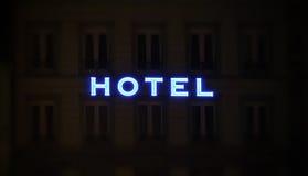 Muestra iluminada del hotel tomada en la noche Foto de archivo libre de regalías