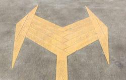 Muestra izquierda y derecha de la flecha en el camino Imagen de archivo