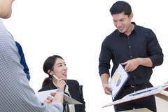 Muestra joven de la empresaria un documento y una reunión con negocio fotografía de archivo