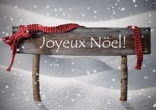 Muestra Joyeux Noel Means Merry Christmas, nieve, Snowfalke de Brown foto de archivo