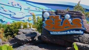 Muestra la atracci?n de los mares y los pel?canos divertidos en Epcot en el ?rea de Walt Disney World Resort metrajes