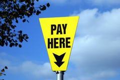 muestra La paga aquí firma Paga aquí Fotos de archivo libres de regalías